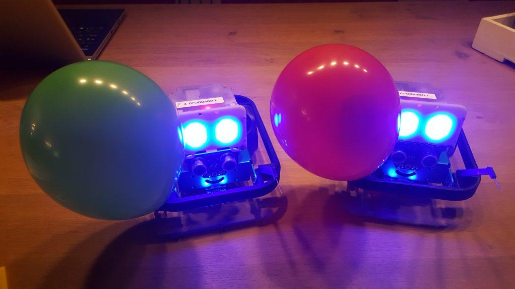 Twee vervaarlijk kijkende ballongevecht robots!